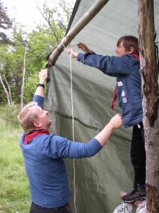 Är man inte lång så får man ta hjälp av en scout!