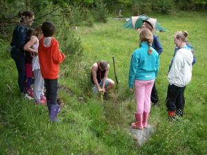 Conrad gräver slaskgrop med många beundrare...