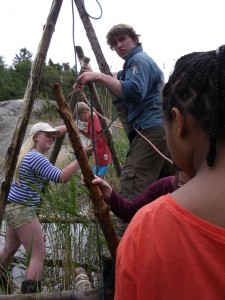 Lite jobbigt att balansera på stockar och rep