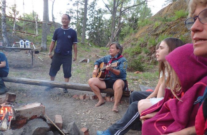 Lägerbålsledaren med musiksektionen